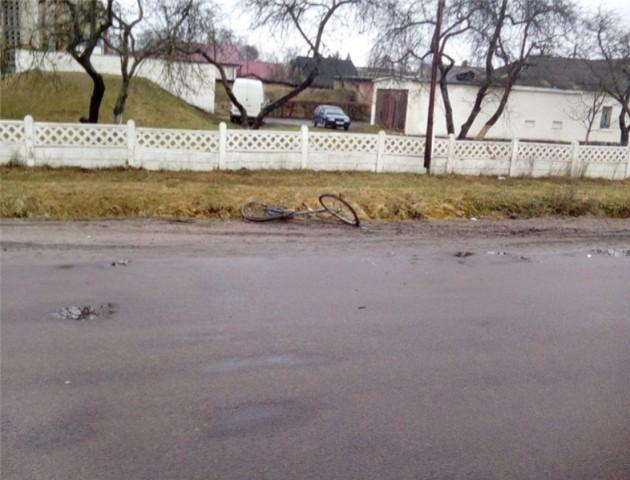 Розшукують водія, який на смерть збив велосипедиста у Нововолинську. ВІДЕО