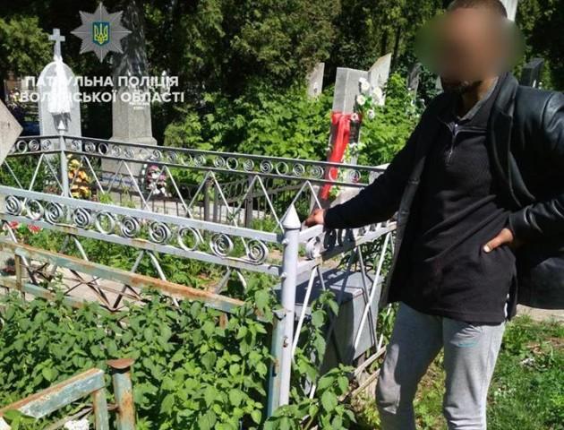 У Луцьку двоє чоловіків поцупили метал з кладовища. ФОТО