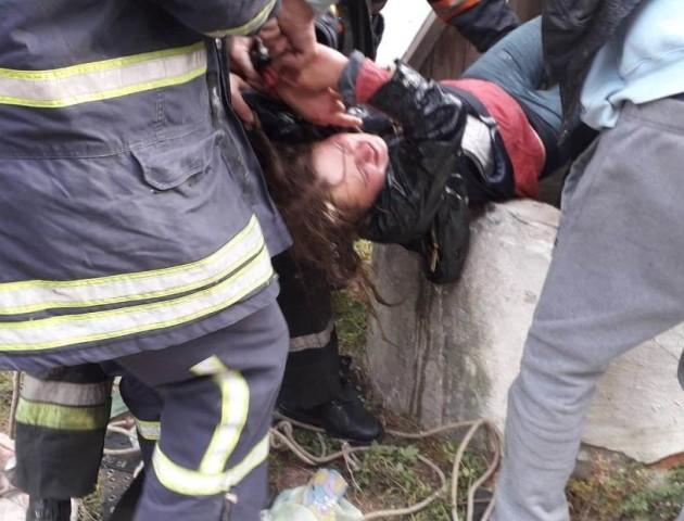 Була п'яна: подробиці порятунку жінки, яка впала в колодязь на Волині. ВІДЕО