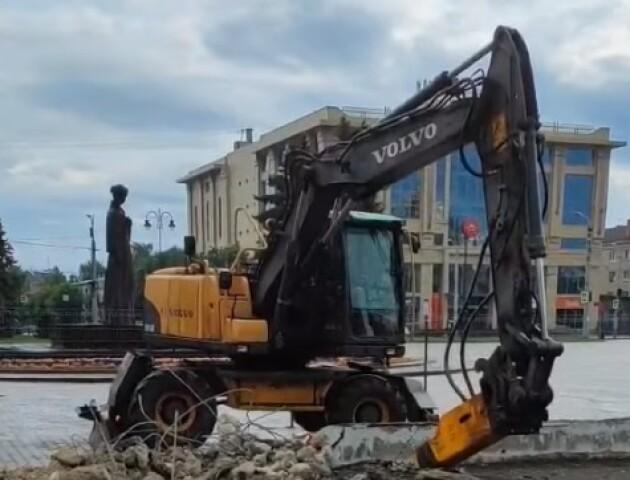 Показали, як у Луцьку на Театральному майдані зносять «бетонне корито»