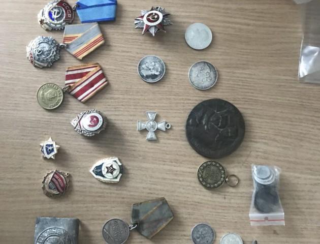 На «Ягодині» у чоловіка вилучили колекцію медалей та монет. ФОТО