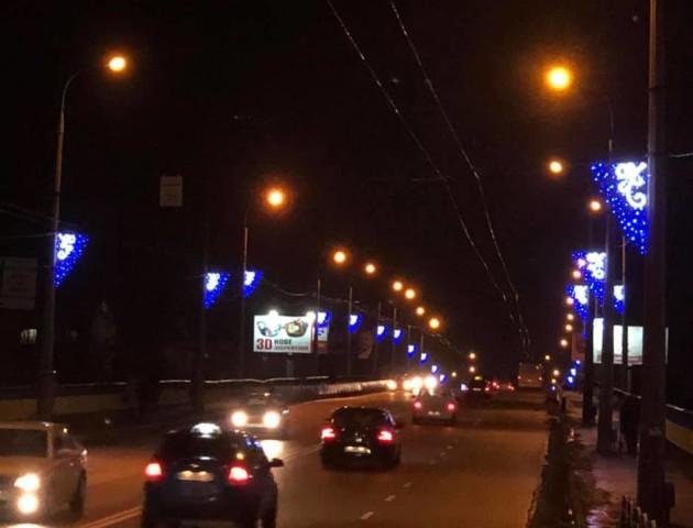 У Луцьку міст біля «Варшавки» прикрасили новою ілюмінацією. ФОТО