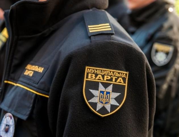 Муніципали спіймали продавця сурогату на ринку Лучеськ. ФОТО