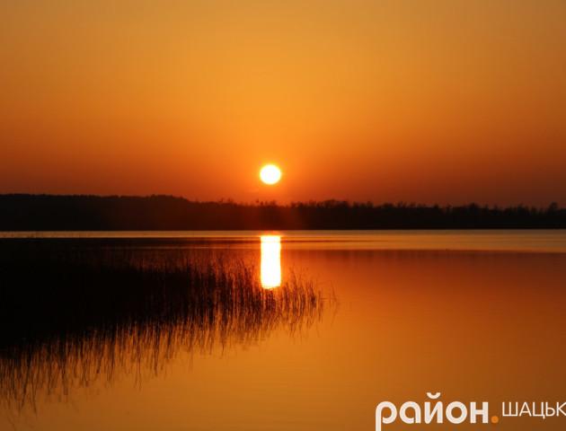 Сонце на небі та у воді: вражаючий захід сонця на волинському озері. ФОТО