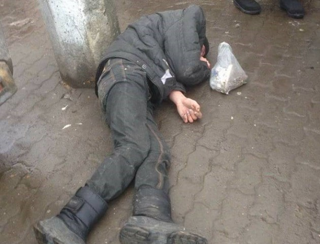 У центрі Луцька посеред вулиці спали двоє «п'яних в дрова» чоловіка. ФОТО
