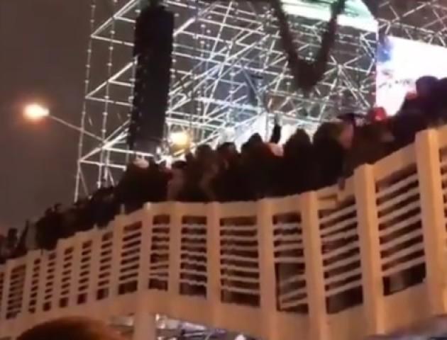 У Москві під гімн Росії обвалився міст з людьми. ВІДЕО
