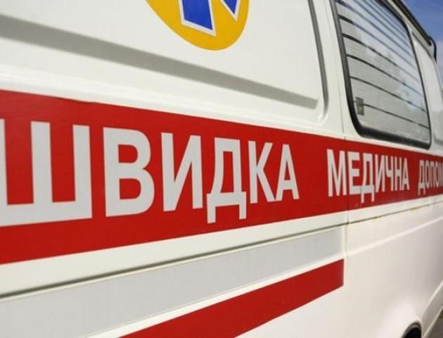 У Києві жінка впала посеред вулиці і померла. ФОТО