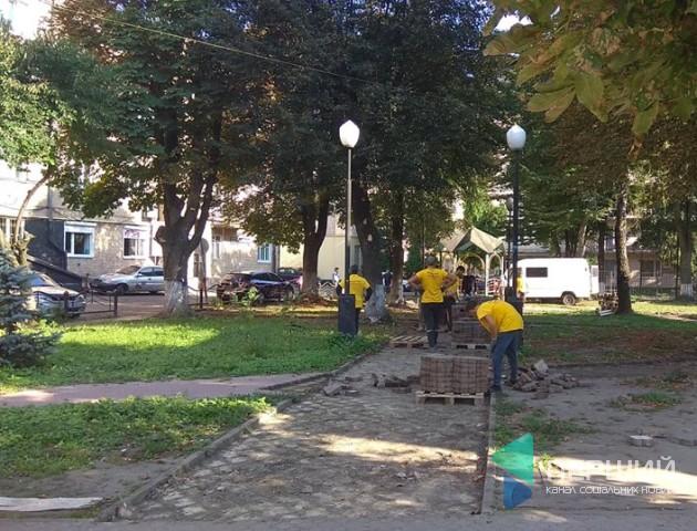 У центрі Луцька почали облаштовувати сквер. ФОТО