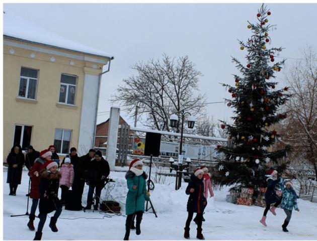 Зі святим Миколаєм та розвагами для дітей: у Ківерцях засвітили новорічну ялинку. ФОТО