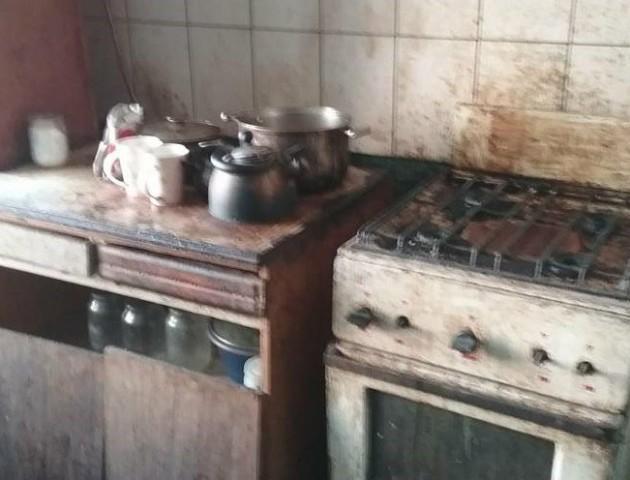 Лучанин довів свою квартиру до катастрофічного стану. ФОТО