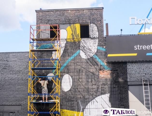 Показали, як у Луцьку малюють гігантське графіті. ФОТО