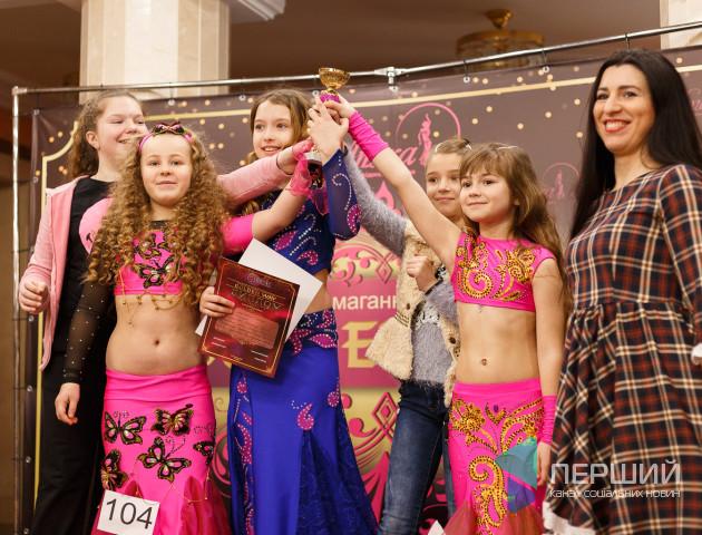 Східні танці по-луцьки: маленькі танцівниці змагаються за першість у конкурсі. Фоторепортаж