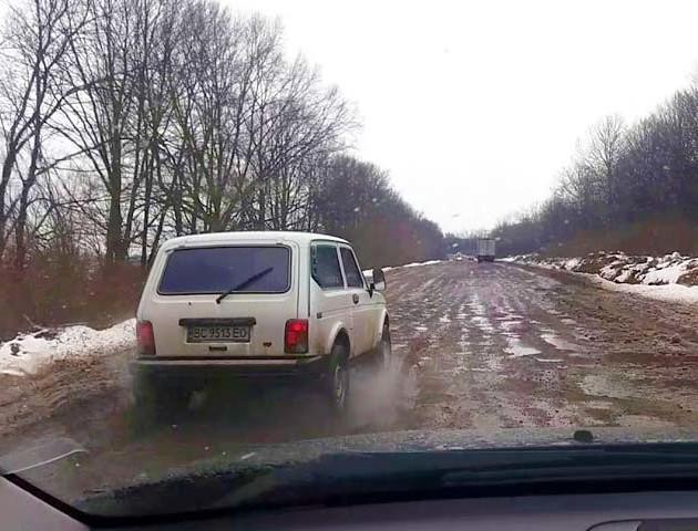 «Дорогою смерті» називають вщент розбиту трасу між Дрогобичем і Самбором. ВІДЕО