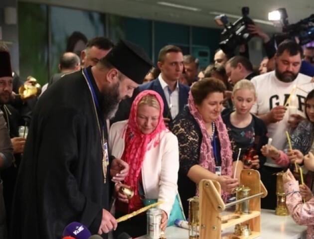 Митрополит Михаїл привіз в Україну Благодатний вогонь і роздавав його прямо в аеропорту