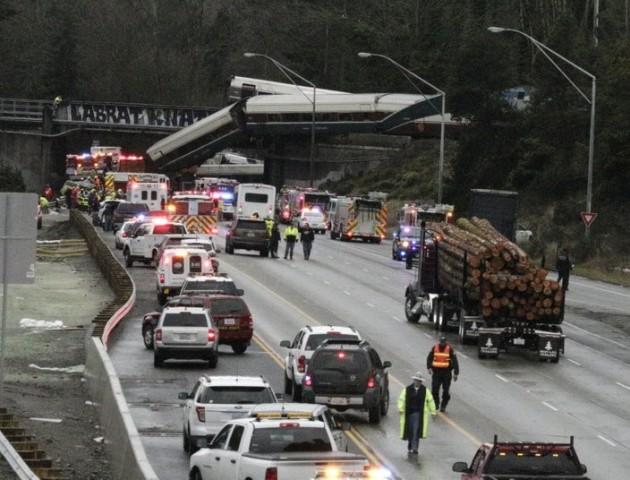 У США потяг впав на шосе, шість осіб загинуло
