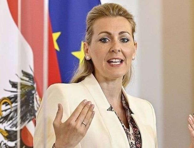 Австрійська міністерка пішла у відставку через ймовірний плагіат
