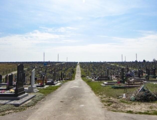На Волині на вихідні просять зачинити усі кладовища