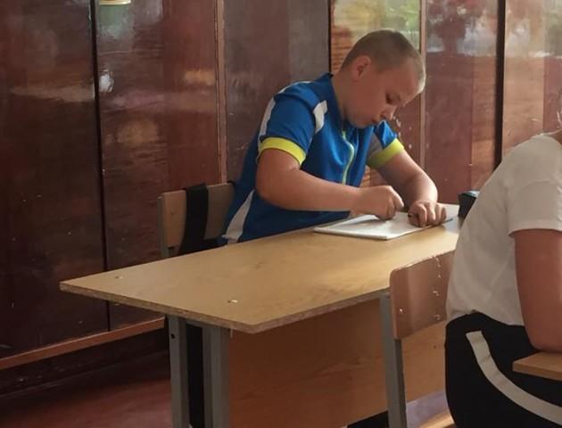 Вчительку, яка змусила школяра навчатись за старою партою, пропонують відправити до психолога. ФОТО