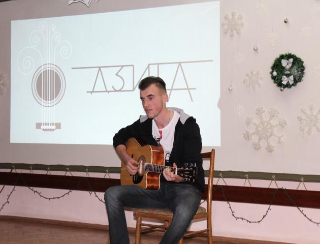 Чудова музика та мелодійна поезія: як у Луцьку відбувся літературно-акустичний вечіра «Дзиґа». ФОТО