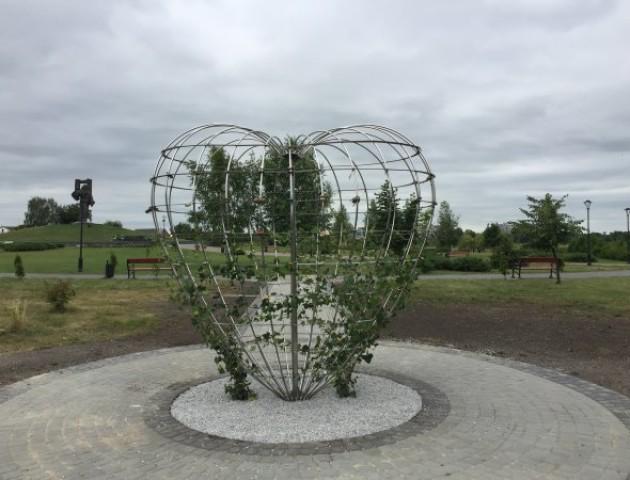У парку в Ковелі встановили «Серце миру». ФОТО