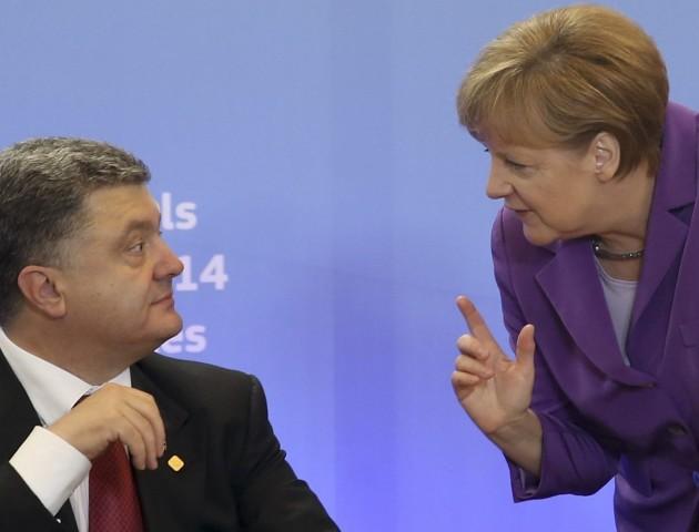 У Меркель закликали Порошенка вибрати між грошима і президентством