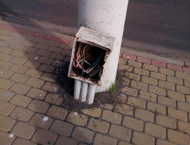 Лучани скаржаться на відкриті електрощитки по місту. ФОТО