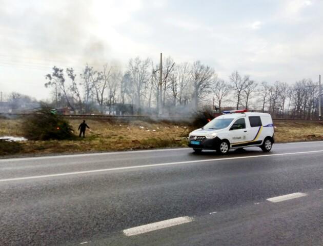 Дорожники безкарно спалюють хмиз на узбіччях - обурення очевидця