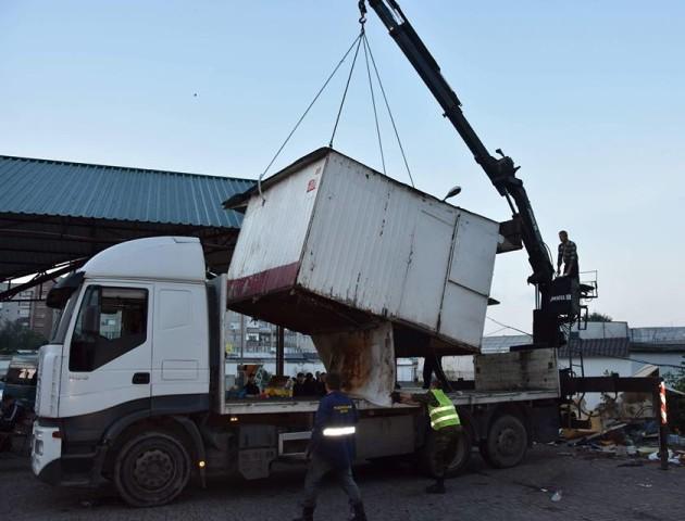 Цієї ночі на автостанції у Луцьку демонтували п'ять кіосків. ФОТО