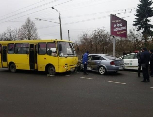 Подробиці аварії у Луцьку: маршрутка зіткнулася з легковиком, є постраждалі