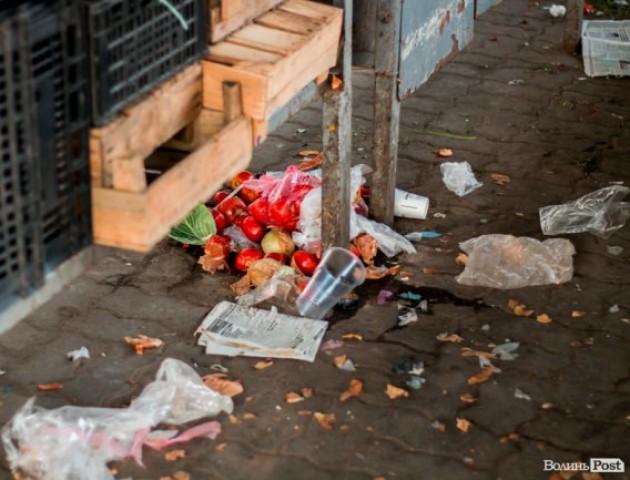 Показали гори сміття, які залишають після себе торговці Старого ринку. ФОТО