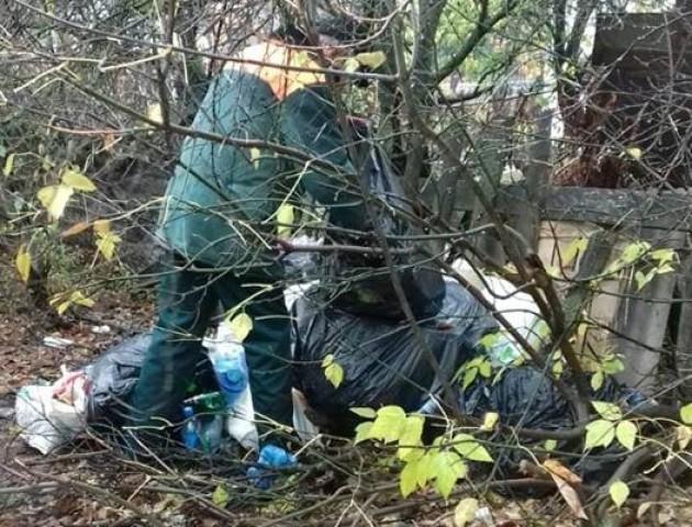 Волинянина, який залишив посеред вулиці сміття, вичислили  за чеками