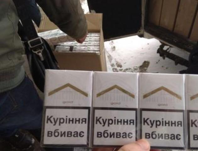 У салоні легковика на «Ягодині» вилучили контрабандні цигарки