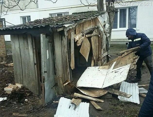 На луцькій вулиці знесли набиті мотлохом сараї . ФОТО