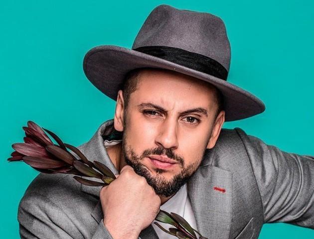 Співак з Луцька Монатик у шапці-вушанці прикрасив обкладинку зарубіжного fashion-видання