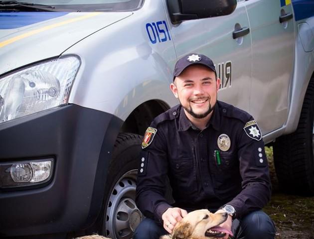 Волинські патрульні влаштували неймовірну фотосесію з безпритульними песиками