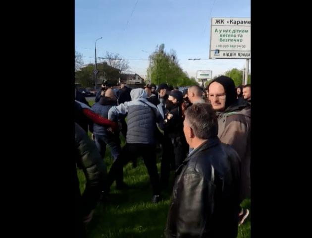 На луцькому авторинку водій порушив ПДР. Почалась штурханина з поліцією