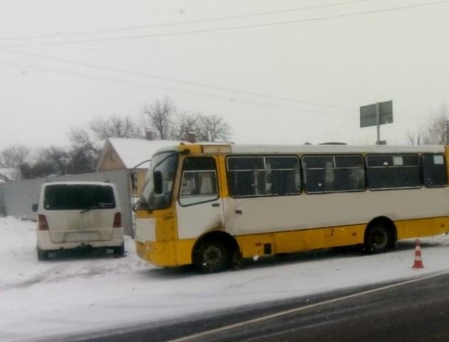 У Луцьку - аварія за участю маршрутки, є потерпілі. ФОТО