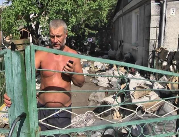 По вікна сміття, пляшок та целофан: як лучанин перетворив власний двір на смітник. ВІДЕО