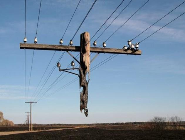 Небезпека життю і здоров'ю: у луцьку похилились електроопори. ФОТО