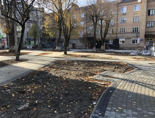 Показали, як ремонтують сквер на місці квіткового ринку в Луцьку. ФОТО