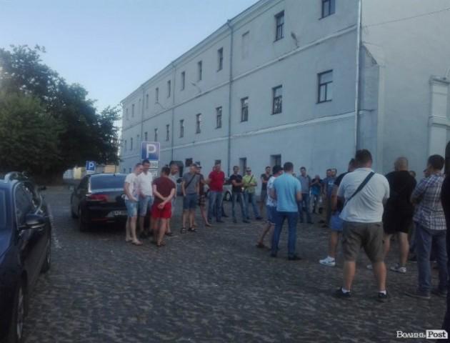 У Луцьку власники автівок «на бляхах» зібралися на акцію. ФОТО