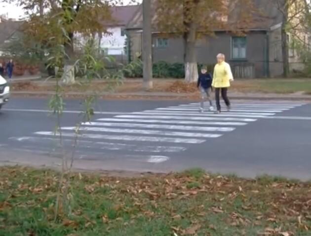 «Водії не реагують на пішоходів». Лучани просять владу поставити світлофор на небезпечному переході