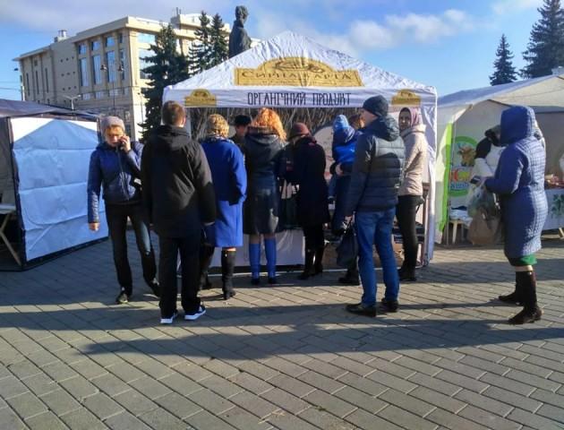 Ярмарок у центрі Луцька: на Театральному майдані продають картоплю, мед і хліб. ФОТО