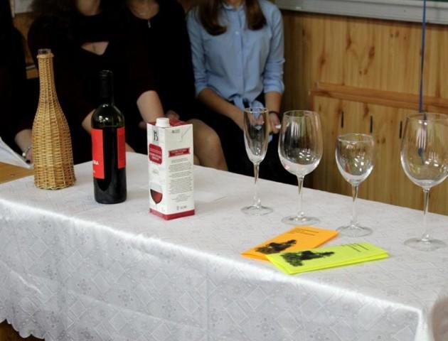У луцькому «політесі» вчили правильно пити вино. ФОТО