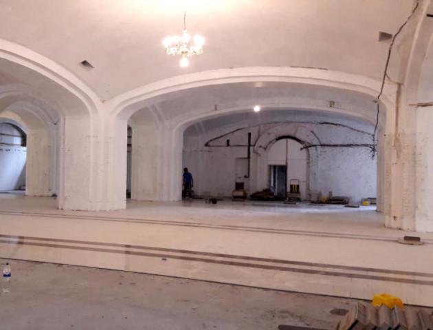 Глянцева підлога, розкішні арки: що роблять улуцькому соборі Всіх Святих Землі Волинської. ФОТО