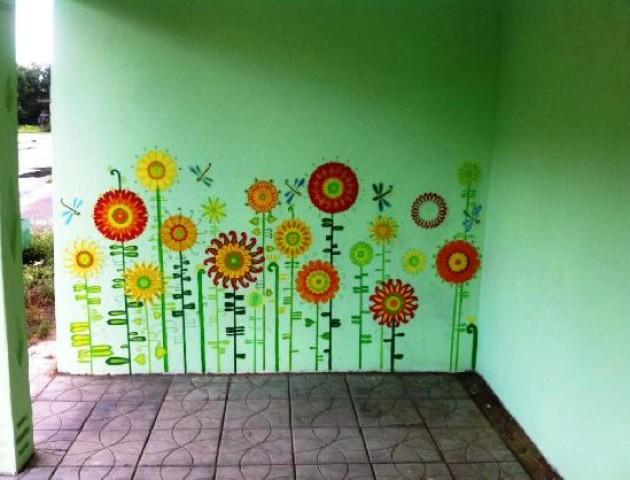 Вся у квіточки: на Волині діти оригінально розмалювали автобусну зупинку. ФОТО