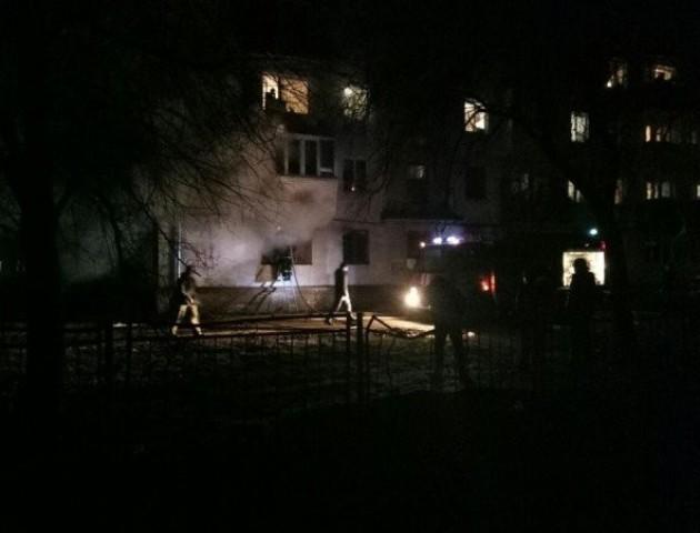 У Луцьку палає квартира в багатоповерхівці