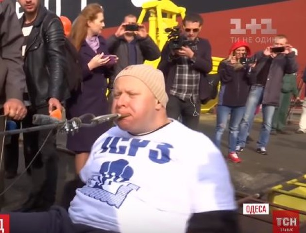 Світовий рекорд: українець протягнув зубами корабель