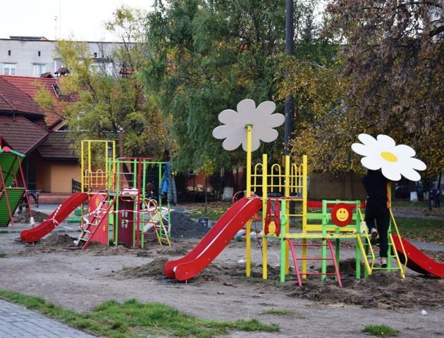«Не сильно заморочувались», - лучанин розкритикував новий дитячий майданчик на Молоді