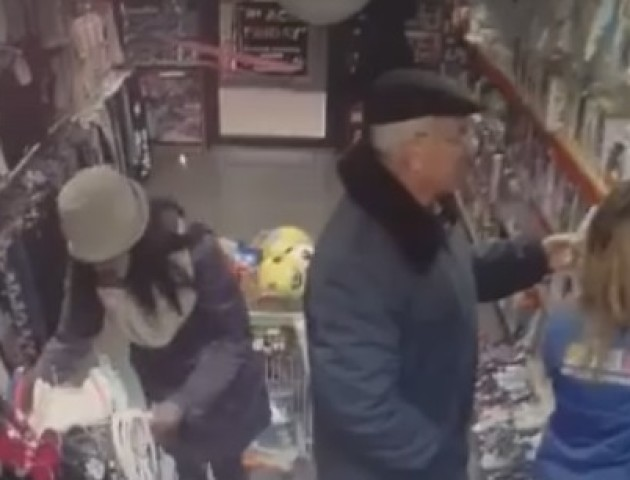Опублікували відео, як дві жінки нахабно обкрадають дитячий магазин у Луцьку